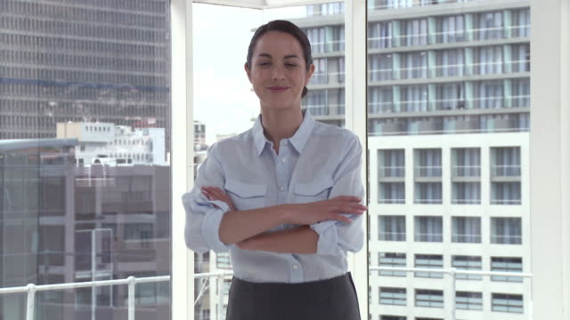 businesswoman in office crossing arms, portrait - einzelne frau über 30 stock-videos und b-roll-filmmaterial