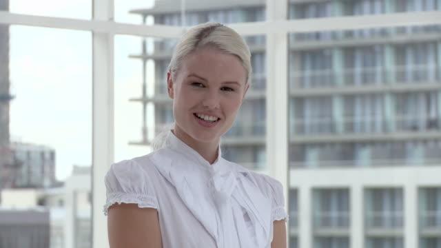 vídeos de stock e filmes b-roll de businesswoman in office, portrait - trabalhadora de colarinho branco