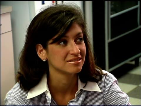 vidéos et rushes de businesswoman in office - une seule femme d'âge moyen