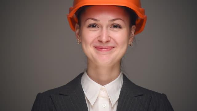 ビジネスウーマンにオレンジの保護用ヘルメット - 連邦議会議員点の映像素材/bロール