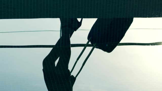 豪華なスパに到着する赤いハイヒールのビジネスウーマン - ドレス点の映像素材/bロール
