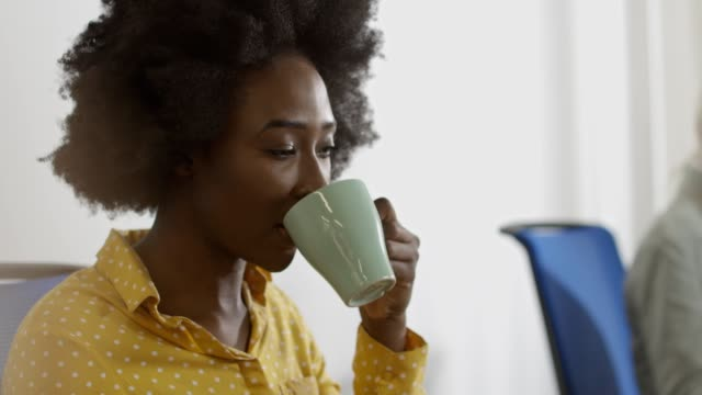 vidéos et rushes de femme d'affaires dans le bureau - mug