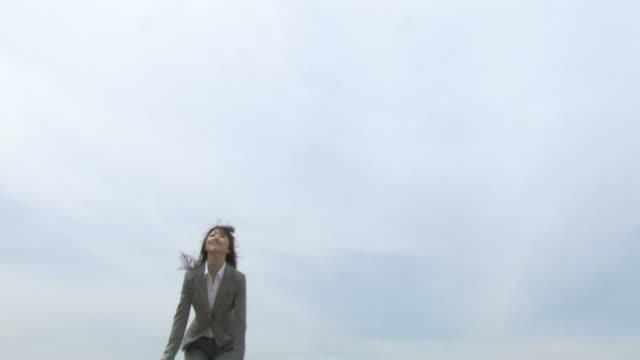 businesswoman jumping - 若い女性点の映像素材/bロール