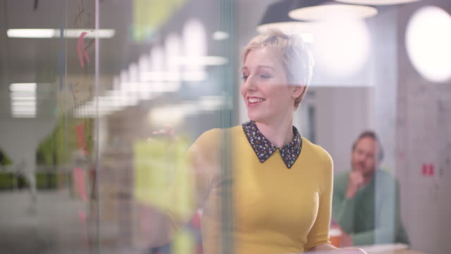 ms of businesswoman leading brainstorming meeting in creative office - architetto video stock e b–roll