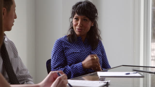 stockvideo's en b-roll-footage met ms businesswoman leading team discussion in office conference room - overhemd en stropdas