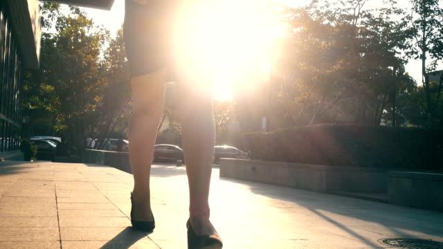 geschäftsfrau beine zu fuß in die stadt - hoch position stock-videos und b-roll-filmmaterial
