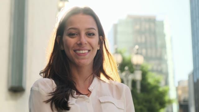 vidéos et rushes de femme d'affaires regardant l'appareil-photo et souriant - vie citadine