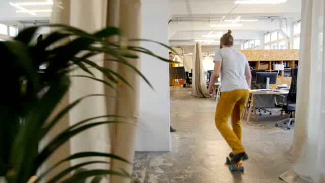 女性実業家を見ている同僚に乗る - 席点の映像素材/bロール