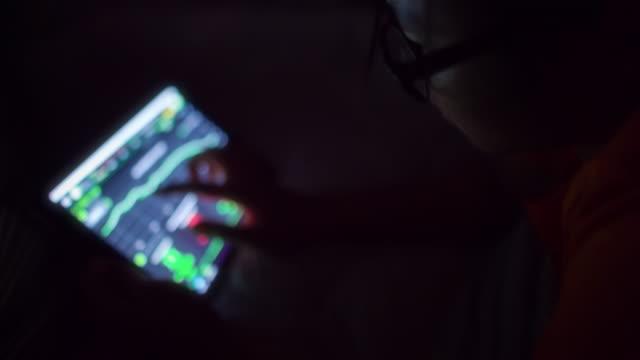 affärskvinna tittar på grafen marknadsdata - tjänstekvinna bildbanksvideor och videomaterial från bakom kulisserna