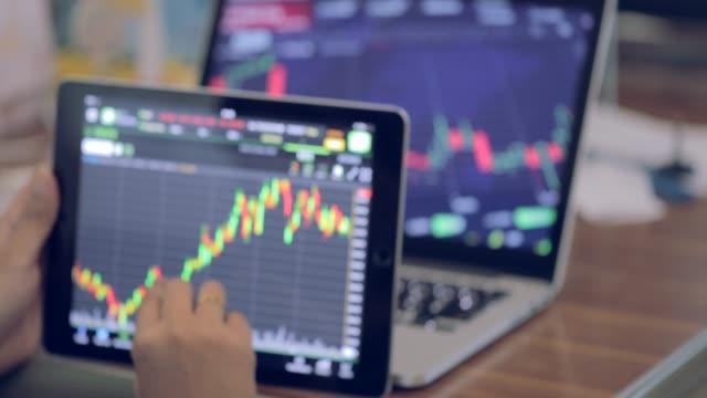 stockvideo's en b-roll-footage met zakenvrouw kijken grafiek marktgegevens - graph