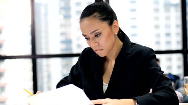 Geschäftsfrau auf der Suche nach Dokumenten Seriöse Menschen halten Dokumente und werfen Dokumente in die Hand.