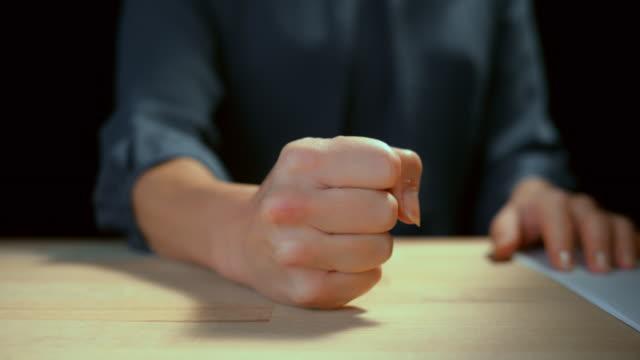 vídeos y material grabado en eventos de stock de slo mo ld empresaria haciendo un puño y golpeando el escritorio - puño