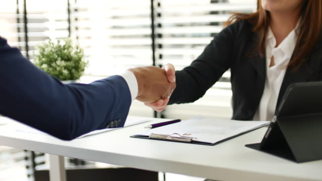 vidéos et rushes de femme d'affaires rencontrant un entretien d'emploi dans le bureau et poignée de main - recrue