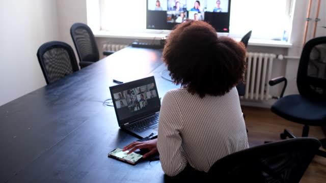 affärskvinna på ett videokonferensmöte på kontoret - medarbetarengagemang bildbanksvideor och videomaterial från bakom kulisserna