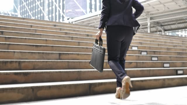 geschäftsfrau auf eile läuft die treppe hinauf für pendeln zur arbeit - dringlichkeit stock-videos und b-roll-filmmaterial
