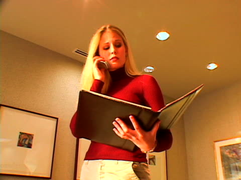 vídeos de stock e filmes b-roll de businesswoman on phone - trabalhadora de colarinho branco