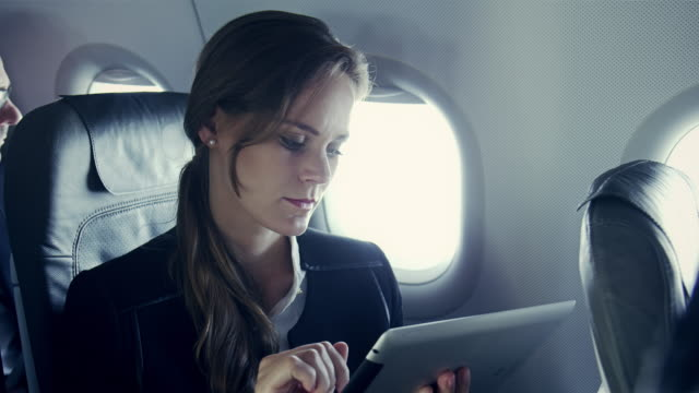 stockvideo's en b-roll-footage met businesswoman on plane - zakenreis