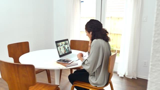 affärskvinna deltar i virtuellt möte under covid-19 quaranine - personalmöte bildbanksvideor och videomaterial från bakom kulisserna