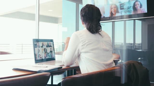affärskvinna deltar i virtuellt möte - rutnät bildbanksvideor och videomaterial från bakom kulisserna