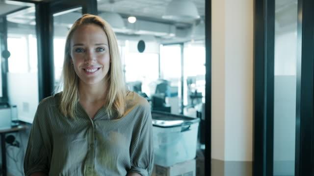 現代のオフィスビジネススペースでのビジネスウーマンの肖像画。 - casual clothing点の映像素材/bロール