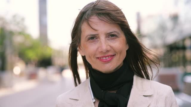 businesswoman portrait - in den vierzigern stock-videos und b-roll-filmmaterial