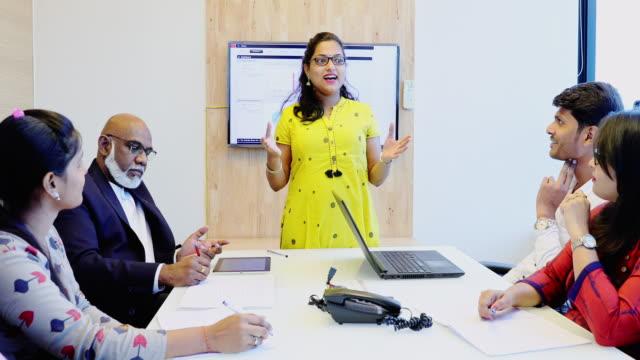 vídeos de stock, filmes e b-roll de empresária apresentando relatório anual na reunião do conselho - apresentador