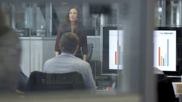stockvideo's en b-roll-footage met ls ds businesswoman presenting the financial report - office
