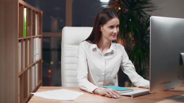 vidéos et rushes de documents de lecture de femme d'affaires au bureau dans le bureau - graphisme
