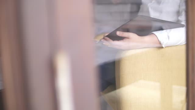 vídeos y material grabado en eventos de stock de trámites de revisión de empresaria - foco difuso