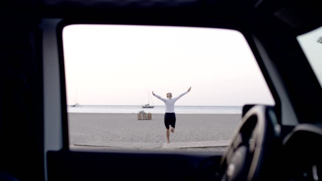 businesswoman running away from car to beach - riposarsi video stock e b–roll