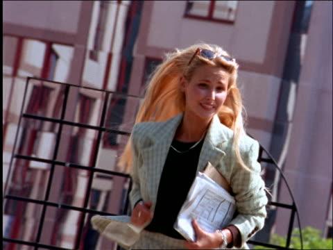 vídeos de stock e filmes b-roll de businesswoman running towards camera outdoors - trabalhadora de colarinho branco