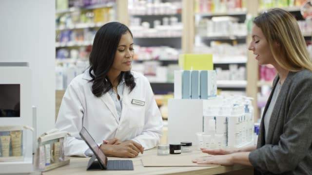 vídeos de stock e filmes b-roll de businesswoman shaking hands with chemist at store - amostra médica