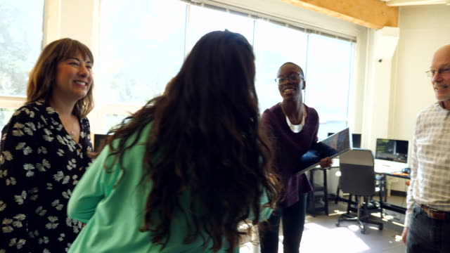 vídeos de stock, filmes e b-roll de pan businesswoman shaking hands with team members at start up office - estilo de vida sustentável