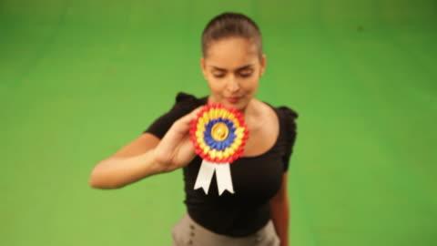 vídeos y material grabado en eventos de stock de businesswoman showing a rosette - escarapela