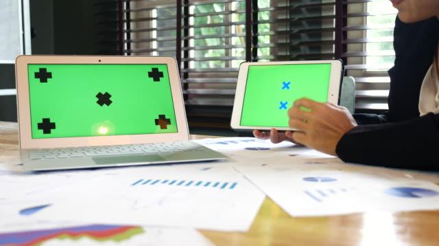 Zakenvrouw weergegeven: financiële project met groen scherm