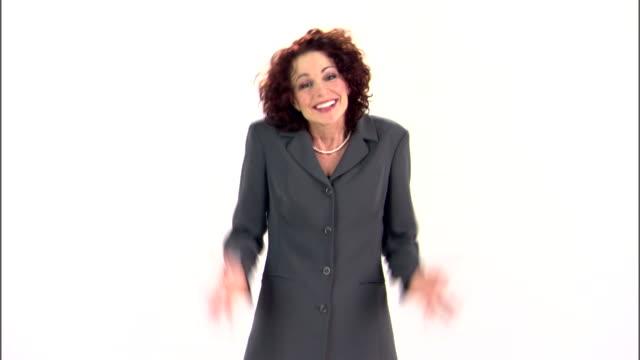 vídeos y material grabado en eventos de stock de businesswoman shrugging - gesticular