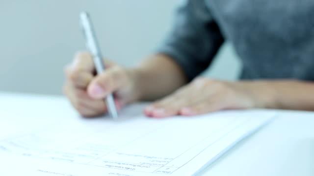 geschäftsfrau unterschreiben eines dokuments - unterschreiben stock-videos und b-roll-filmmaterial