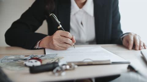 geschäftsfrau unterzeichnet dokument, abschluss mietvertrag, kerl auto kaufen - abmachung stock-videos und b-roll-filmmaterial