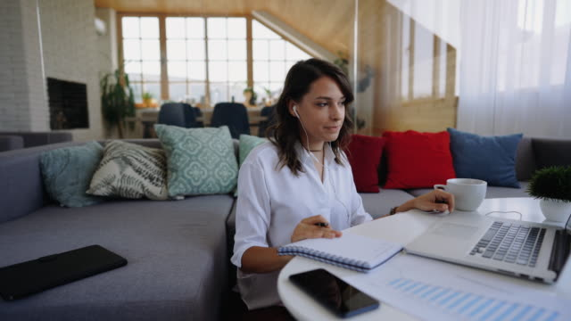 vídeos de stock, filmes e b-roll de empresária sentada no chão de seu apartamento com laptop e notas - bem vestido