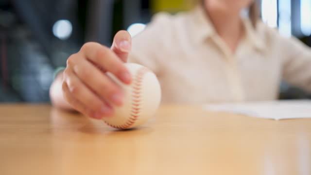 Geschäftsfrau Spinnerei Baseball Ball als ein Stressabbau