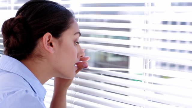 stockvideo's en b-roll-footage met businesswoman spying on her colleagues - gluren