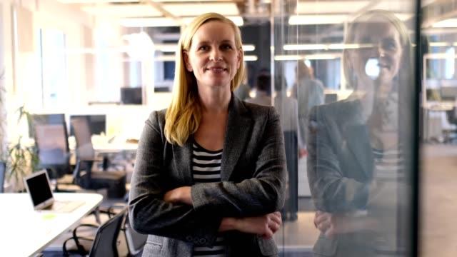 geschäftsfrau stehend arme gekreuzt im neuen büro - jacke stock-videos und b-roll-filmmaterial