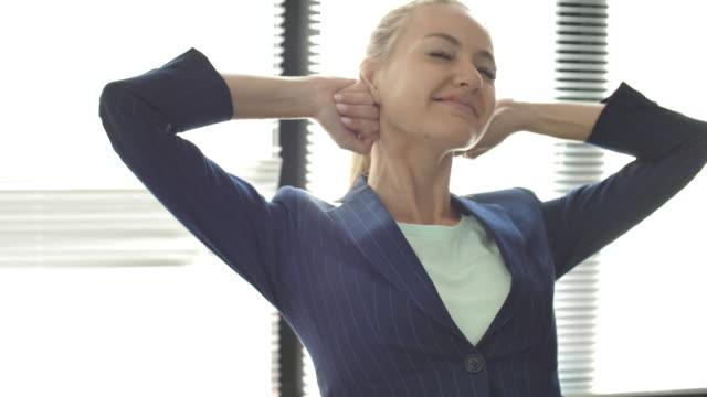 Femme d'affaires Stretching après travaux finis