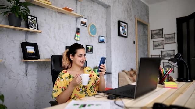 vídeos de stock e filmes b-roll de businesswoman surfing the net on smart phone on coffee break - trabalho de freelancer
