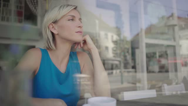 businesswoman taking a break in coffee shop - blick durchs fenster stock-videos und b-roll-filmmaterial