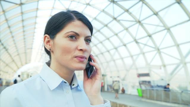 vídeos y material grabado en eventos de stock de mujer de negocios hablando por teléfono móvil. - tren de cercanías