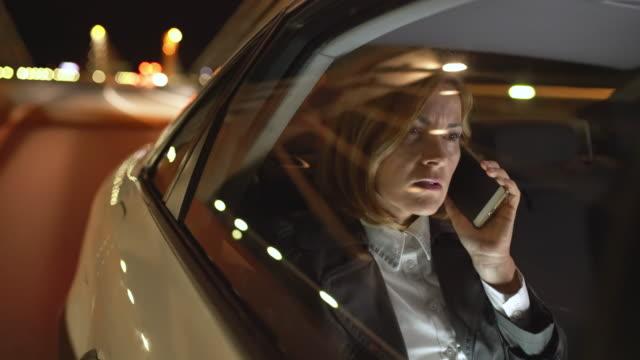 MS-Businesswoman telefonieren mit einem Handy auf dem Rücksitz einer Limousine