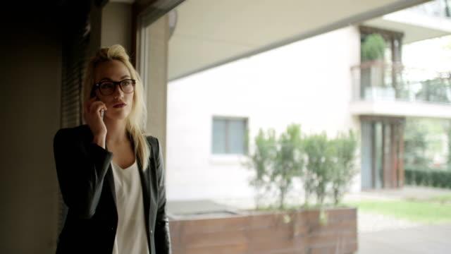 Zakenvrouw praten op mobiele telefoon In Office