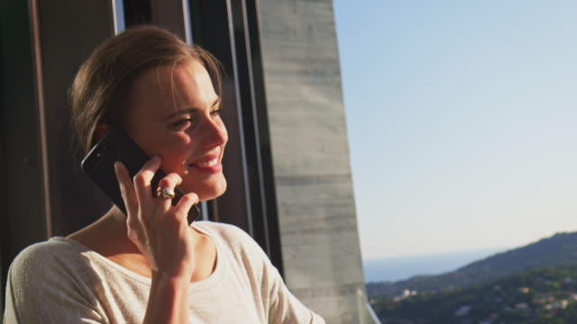 vídeos de stock, filmes e b-roll de empresária, falando no telefone inteligente na varanda - varanda