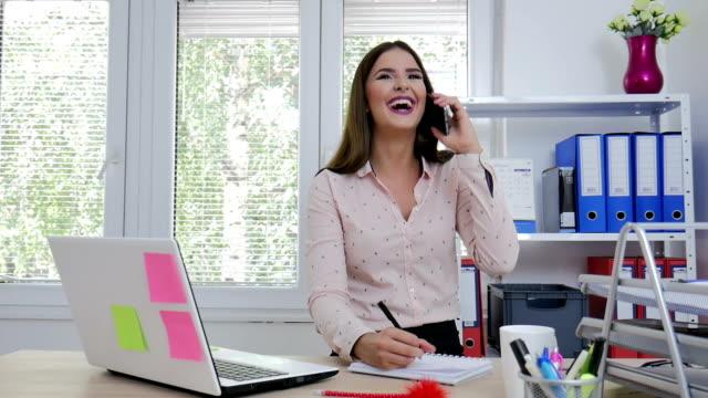 vídeos y material grabado en eventos de stock de mujer de negocios hablando por teléfono - secretaria